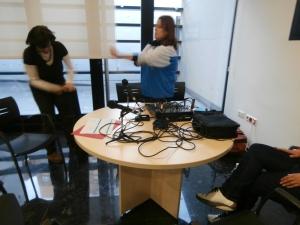 Preparando los materiales para el taller de radio