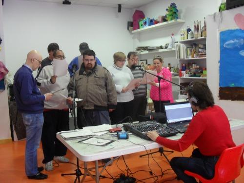 Realizando una de las piezas de radio teatro