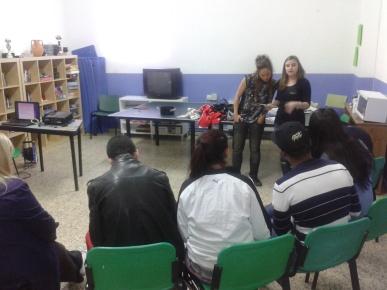 Nuestras compañeras Alba y Laura en la sesión de sensibilización