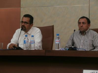 Luis García junto a Adolfo Cangas en la presentación de la ponencia