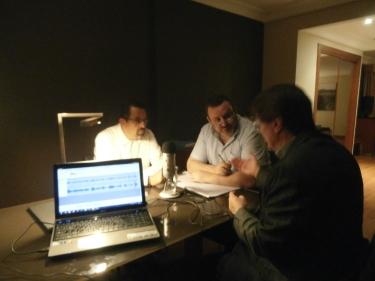 Entrevista realizada en un improvisado estudio de radio