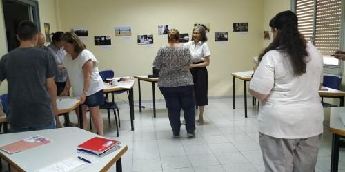 María Dubón entregándonos un diploma y un obsequio por el trabajo realizado